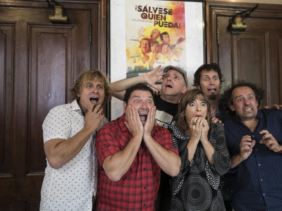 Los actores de 'Sálvese quien pueda' con el director Alberto Castrillo-Ferrer, a la derecha.
