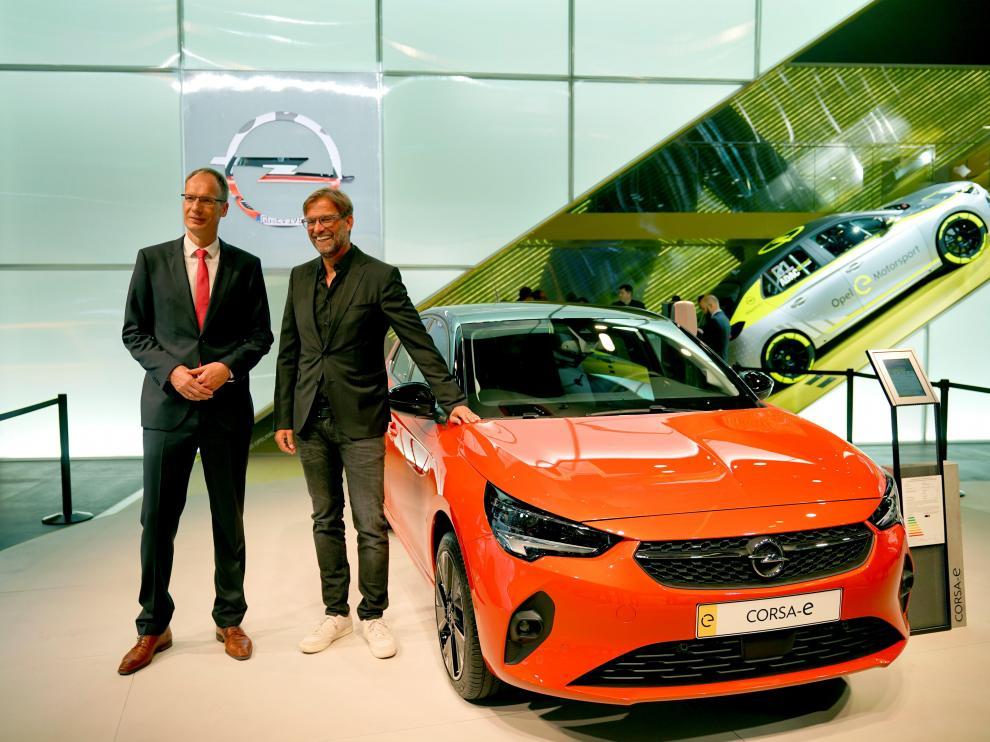 Michael Lohscheller y Jürgen Klopp, con el nuevo Corsa en el Salón de Fráncfort