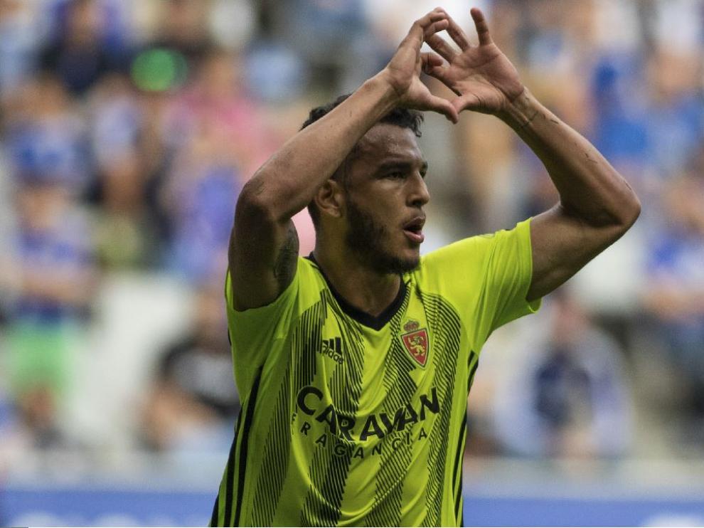 Luis Suárez hace el gesto del corazón para dedicar a su familia el 2-2 que anotó este domingo en Oviedo.