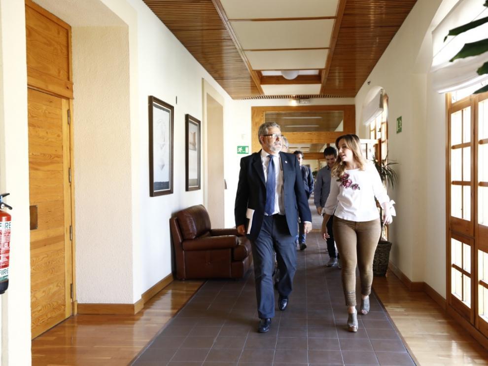 José Antonio Mayoral y Maru Díaz, en los pasillos del Pignatelli antes de comenzar la reunión.