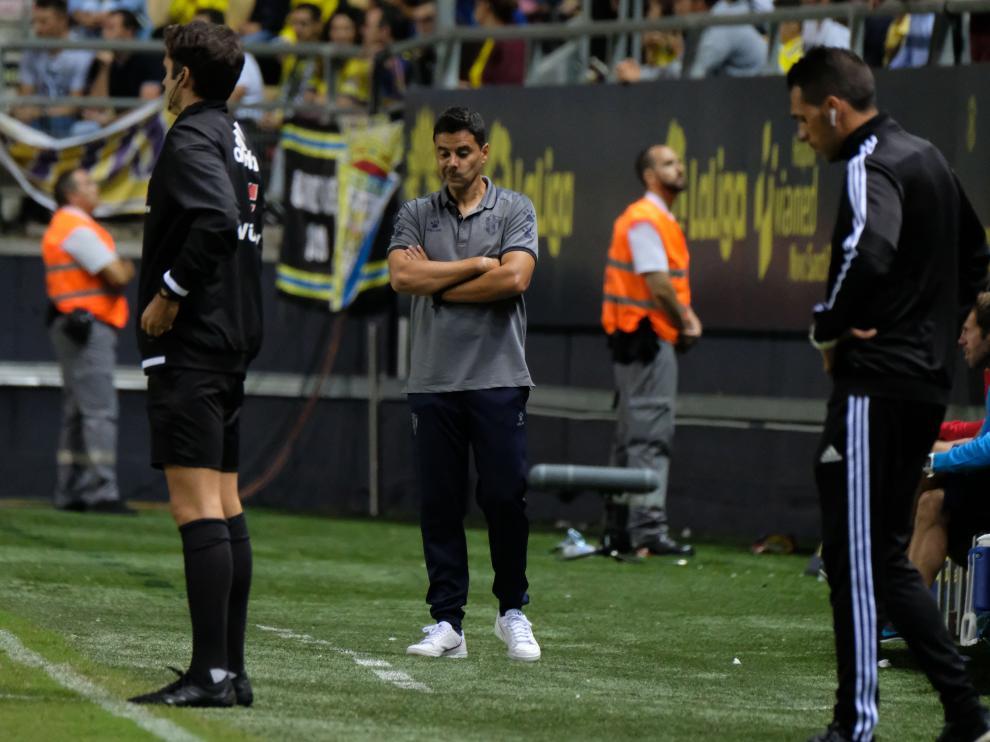Míchel Sánchez, técnico de la SD Huesca, durante el partido en Cádiz.