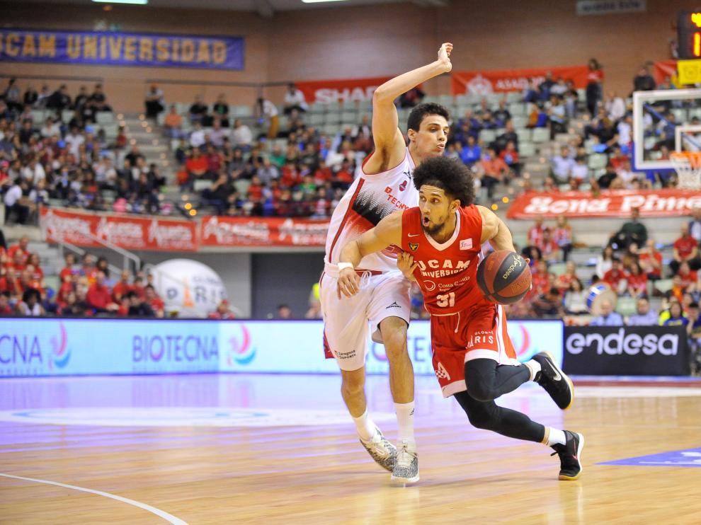 Carlos Alocén defiende a Askia Booker durante el UCAM Murcia-Casademont Zaragoza de la pasada temporada.