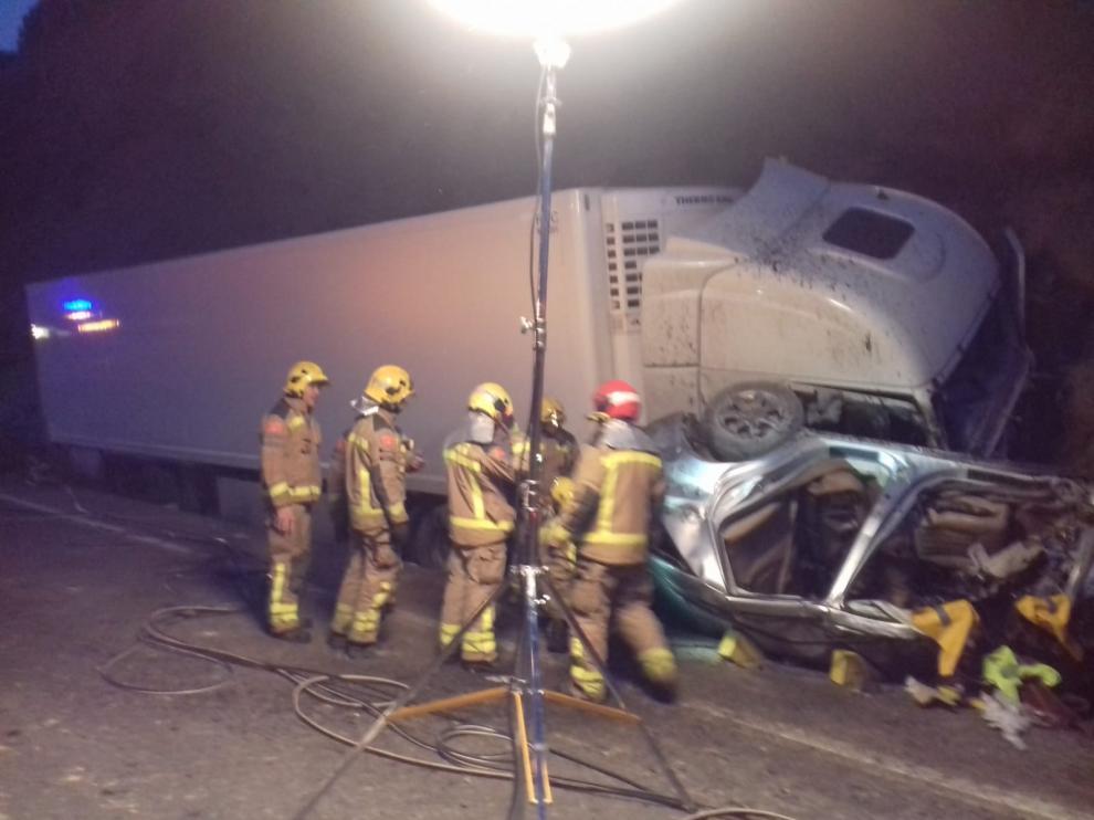 El coche en el que viajaban chocó contra un camión