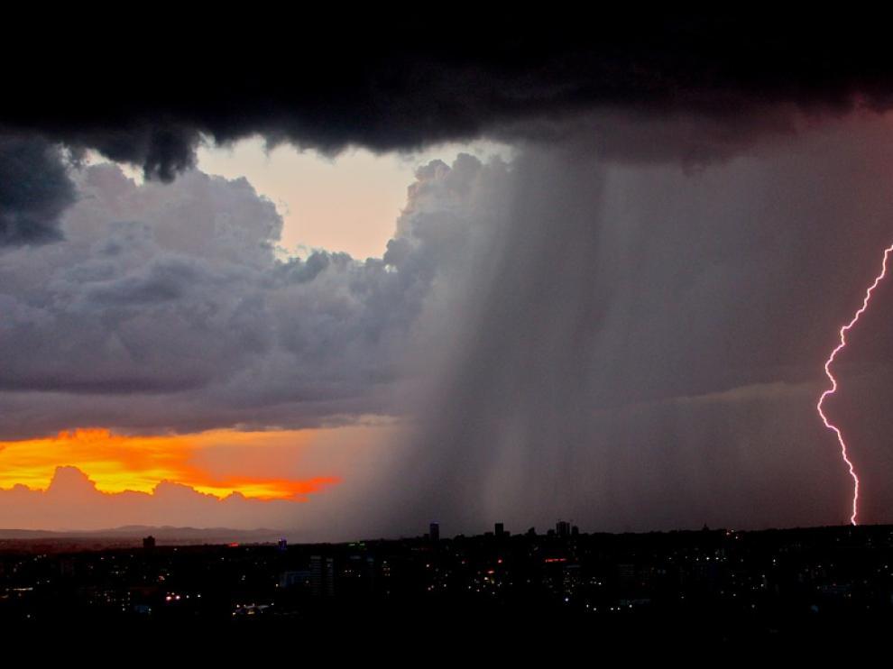 Foto de archivo de un rayo durante una tormenta
