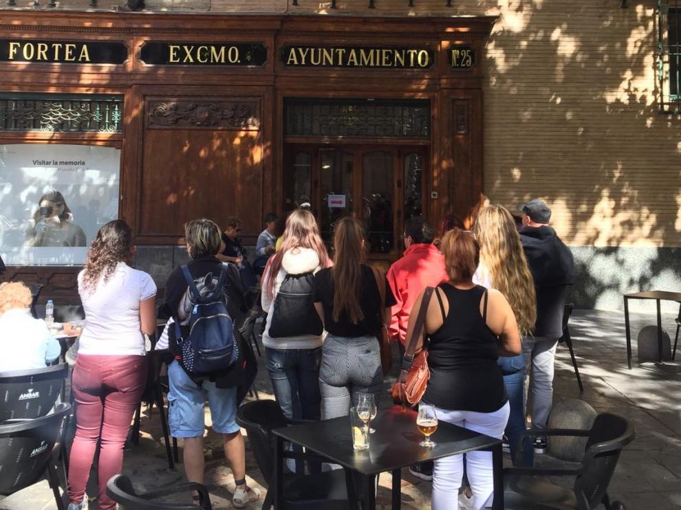 Los afectados por el retraso en el montaje de la muestra aragonesa están protestando en la puerta del Torreón Fortea.