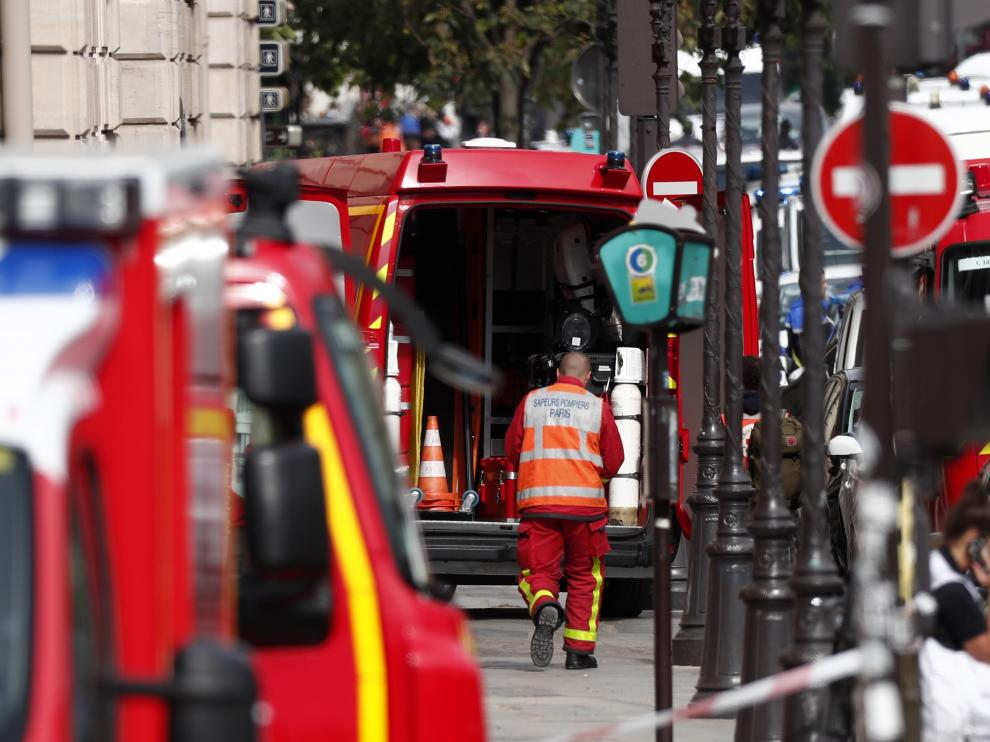 Paris (France), 03/10/2019.- French police and security forces establish a security perimeter near the police headquarters in Paris, France, 03 October 2019. According to reports, a man was killed after attacking officers with a knife. Two officers were injured in the incident. (Atentado, Francia) EFE/EPA/IAN LANGSDON Man killed after attacking police with knife in Paris