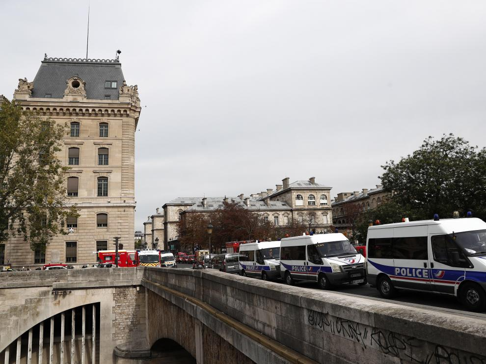 Paris (France), 03/10/2019.- French police and security forces establish a security perimeter near Paris police headquarters after a man has been killed after attacking officers with a knife in Paris, France, 03 October 2019. According to reports, at least two people are dead, five injured. (Atentado, Francia) EFE/EPA/IAN LANGSDON Man killed after attacking police with knife in Paris