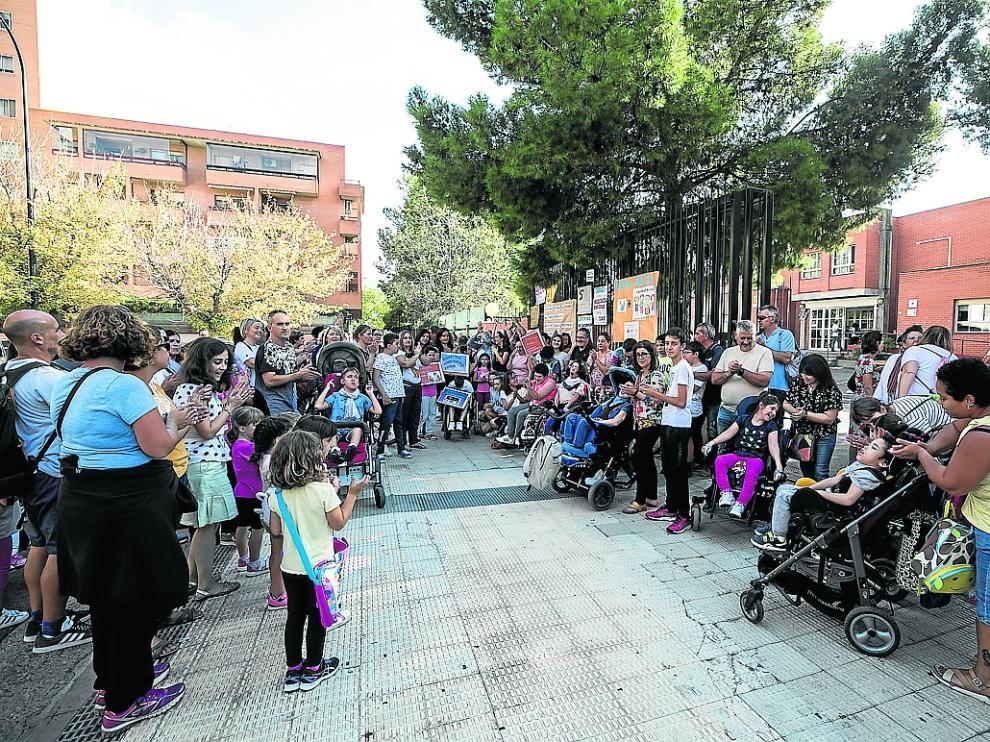 Protesta a las puertas del colegtio Alborada, el martes, a la que asistieron unas 200 personas.