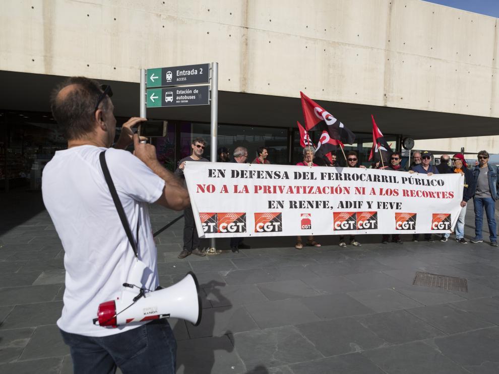 Concentración de los sindicalistas del sector ferroviario de la CGT en la estación Delicias contra las privatizaciones del AVE y el deterioro del tren regional.