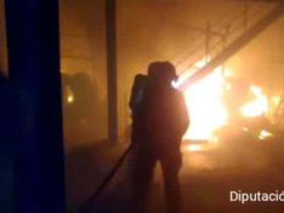 El fuego quedó controlado pasada la media noche tras arrasar gran parte de las instalaciones, incluida la cubierta.