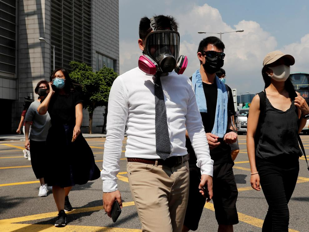 Anti-government office workers wearing masks attend a lunch time protest, after local media reported on an expected ban on face masks under emergency law, at Central, in Hong Kong, China, October 4, 2019. REUTERS/Tyrone Siu TPX IMAGES OF THE DAY [[[REUTERS VOCENTO]]] HONGKONG-PROTESTS/