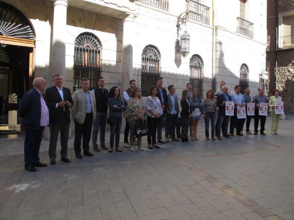 Los concejales concentrados delante del Ayuntamiento de Teruel durante el paro de cinco minutos.