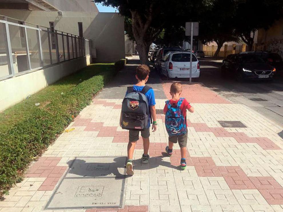 Dos niños de camino al colegio en un momento del estudio.