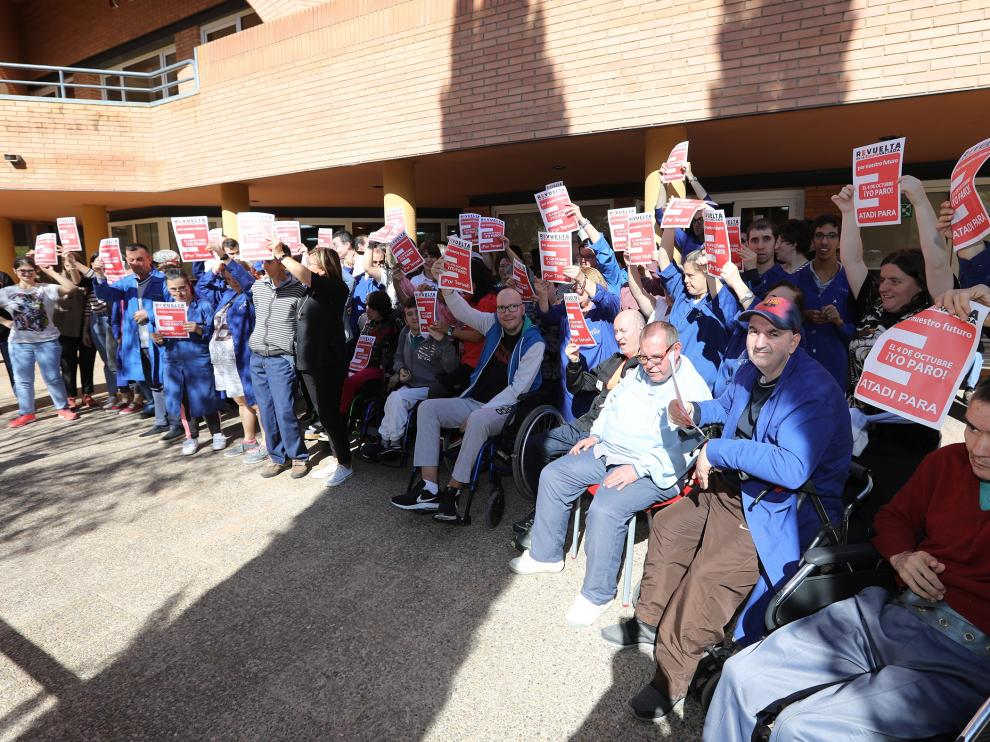 Los usuarios y trabajadores de Atadi, concentrados a las puertas del centro asistencial Ángel Custodio de Teruel.