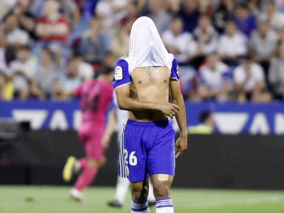 Luis Suárez se tapa el rostro con la camiseta en el minuto 88, al encajar el Real Zaragoza el 1-2 del Málaga.