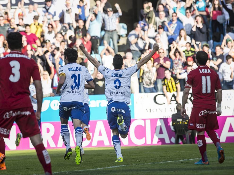 Borja Bastón y Vallejo celebran un gol ante el Sporting de Gijón en la temporada 2014-15 en La Romareda.