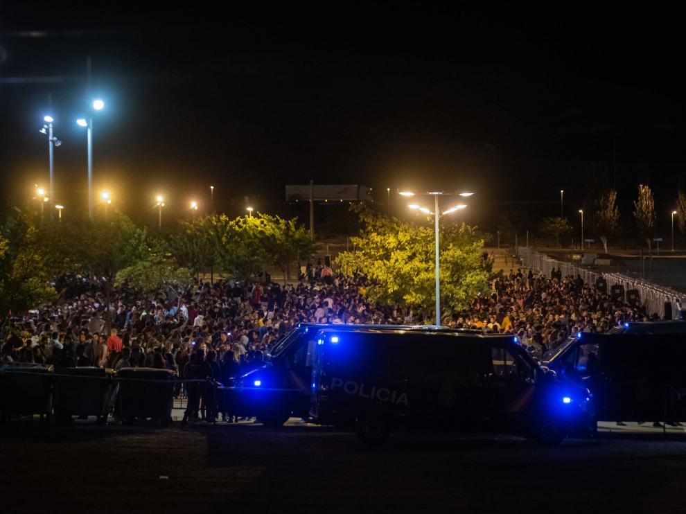Más de 5.000 jóvenes se concentraron en la explanada habilitada para el habitual botellón a las puertas del Espacio Zity.