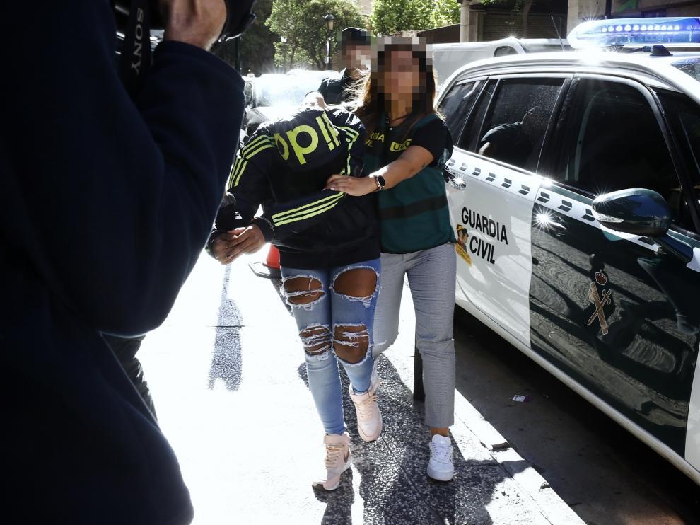 La mujer detenida por el asesinato del informático vasco, este sábado, cuando era trasladada al juzgado de guardia por la Guardia Civil.