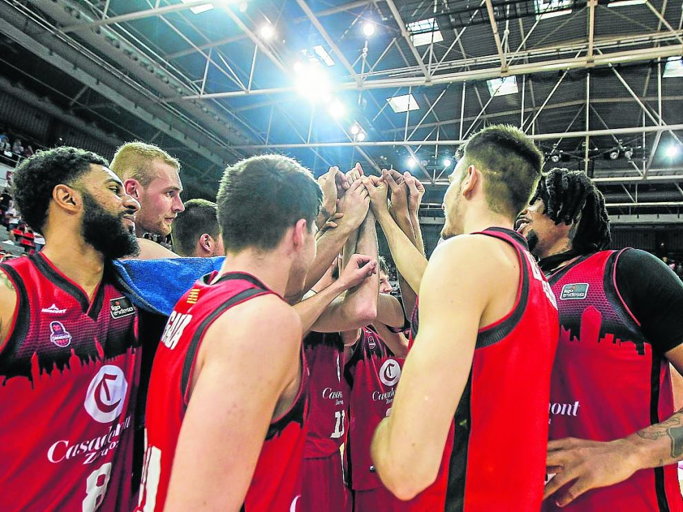 Los jugadores del Casademont Zaragoza celebran la victoria el pasado domingo