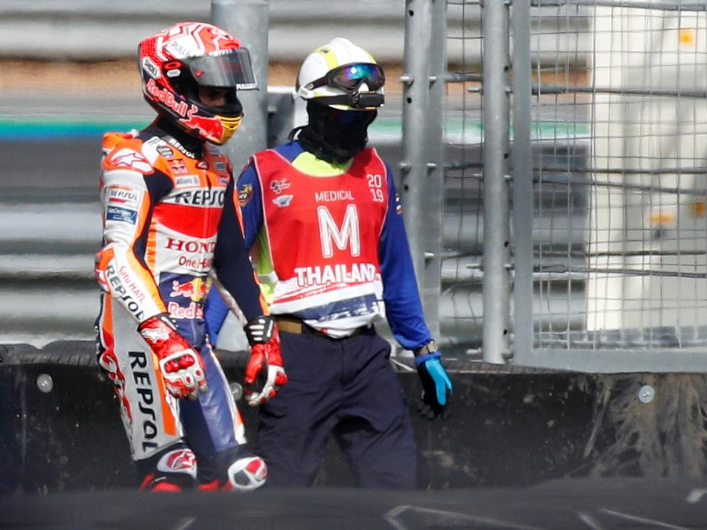 Buriram (Thailand), 05/10/2019.- Spanish MotoGP rider Marc Marquez of Repsol Honda Team (L) leaves the race track with a member of a medical team after he crashed during the qualifying session of the Motorcycling Grand Prix of Thailand at Chang International Circuit, Buriram province, Thailand, 05 October 2019. (Motociclismo, Ciclismo, Tailandia) EFE/EPA/RUNGROJ YONGRIT Motorcycling Grand Prix of Thailand