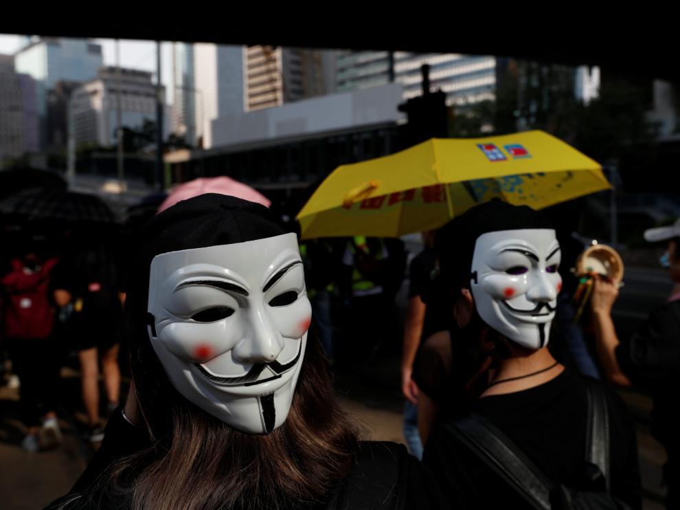 Más de un millar de personas retaron con sus máscaras la decisión de la Jefa del Ejecutivo, Carrie Lam.
