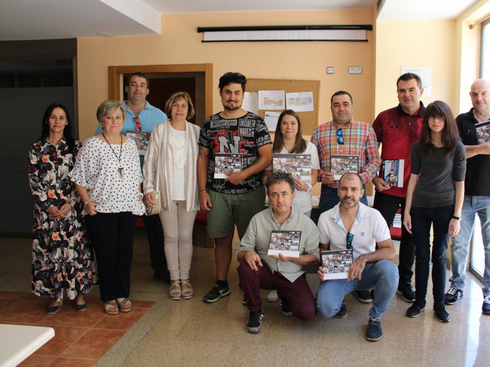 Miembros de Pierres posando con algunos Cipotegatos tras la entrega de los calendarios.