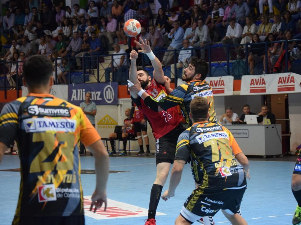 Álex Marcelo realiza un lanzamiento ante el Puente Genil.