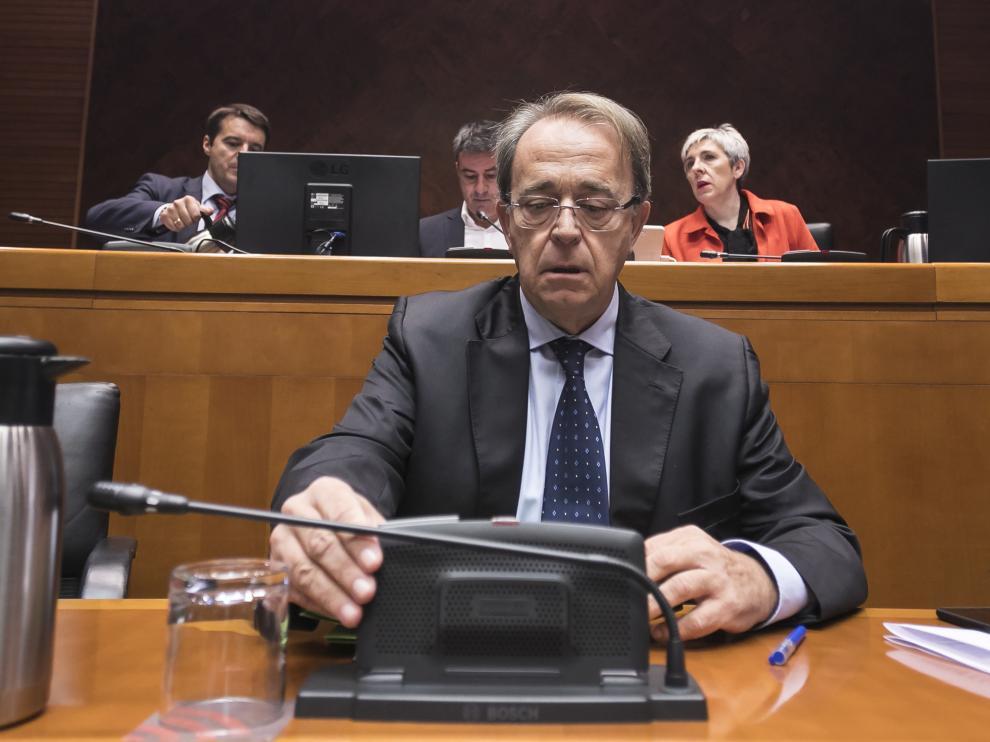 El consejero de Hacienda, Carlos Pérez Anadón, en su primera comparecencia en las Cortes de Aragón, el pasado mes de septiembre.