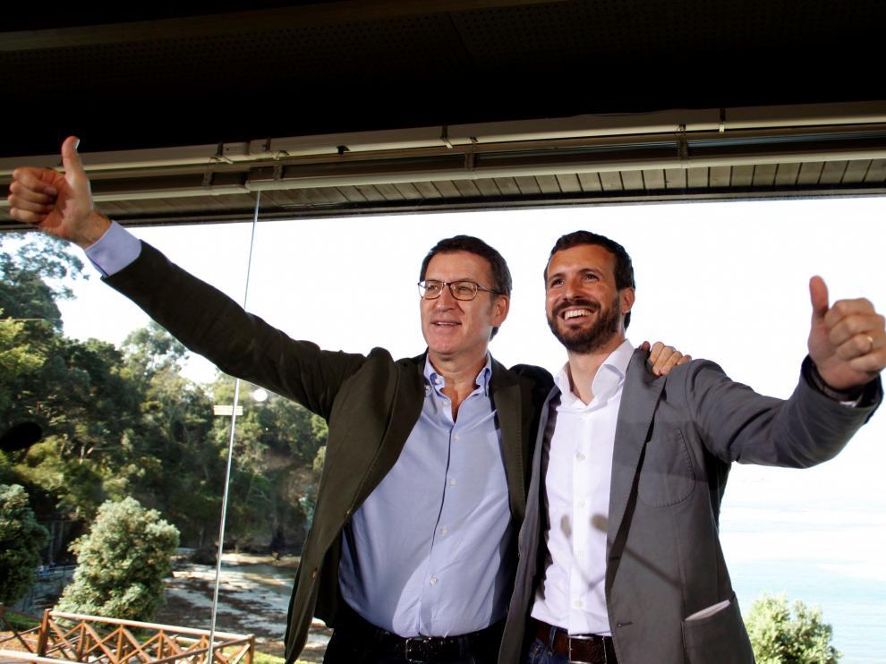 El presidente del PP, Pablo Casado (d), acompañado por el dirigente del partido en Galicia y presidente de la Xunta, Alberto Núñez Feijóo (i),