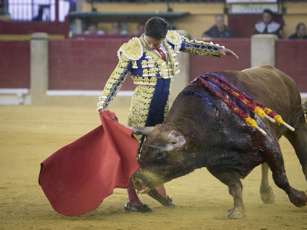 GRAF6283. ZARAGOZA, 06/10/2019.- El diestro Morante de la Puebla durante la faena a su segundo toro, de Garcigrande, en la corrida celebrada hoy en el coso de La Misericordia con motivo de la Feria del Pilar de Zaragoza y en la que ha compartido cartel con Diego Urdiales y Cayetano. EFE/Javier Cebollada FERIA DEL PILAR