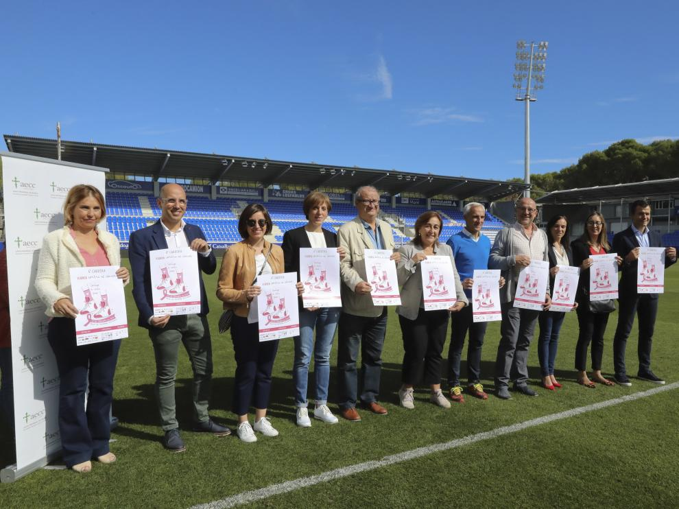 Organizadores y patrocinadores de la VI Carrera Huesca contra el Cáncer.