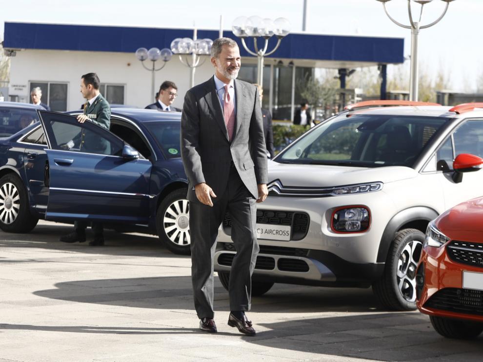 El Rey Felipe VI a su llegada este lunes a la planta de PSA Opel en Figueruelas.