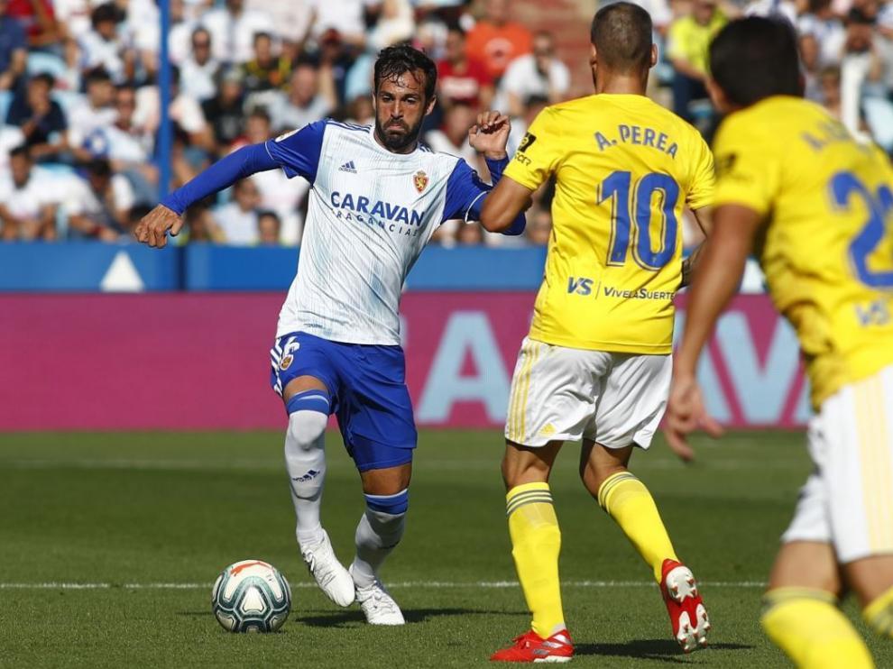 Guitián, este domingo ante el Cádiz, con la manga larga azul mediante una camiseta interior de ese color.