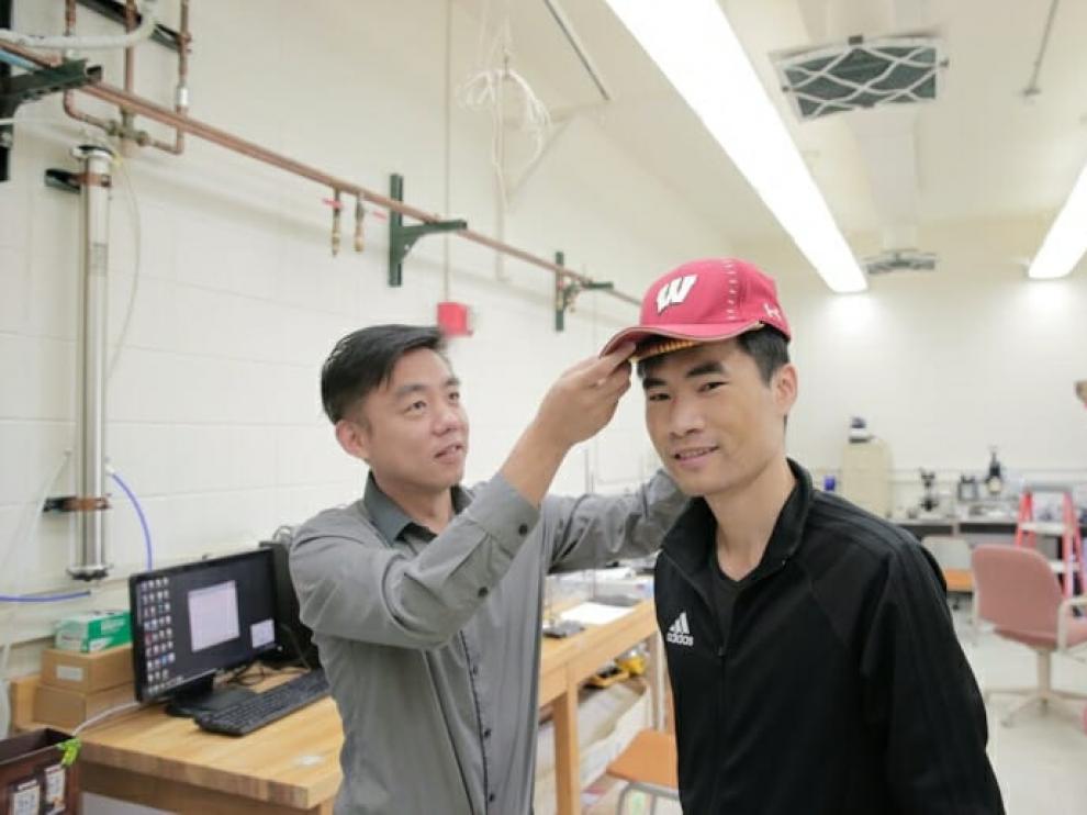 El dispositivo anticaída se ubica bajo una gorra.