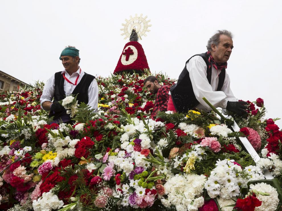 Imagen típica del día del Pilar durante la Ofrenda de Flores a la Virgen del Pilar en Zaragoza