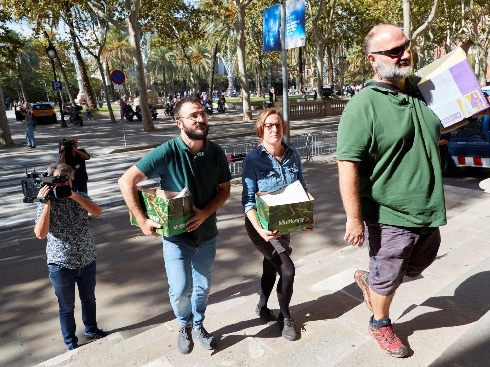 Representantes de la CUP han presentado este lunes en Barcelona los avales para hacer oficla su candidatura a las generales de noviembre.