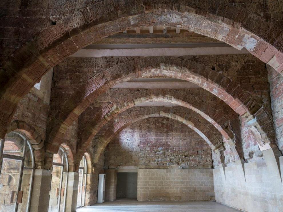 Muros desnudos en la sala capitular a la espera del retorno de los frescos.