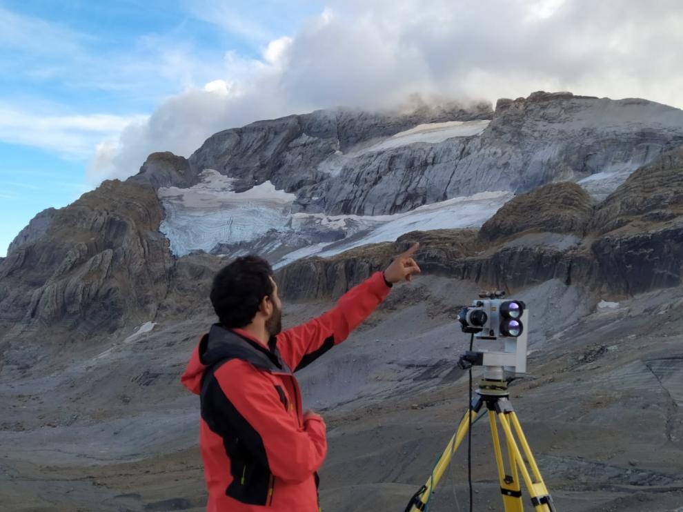 Uno de los investigadores, este martes frente al glaciar.