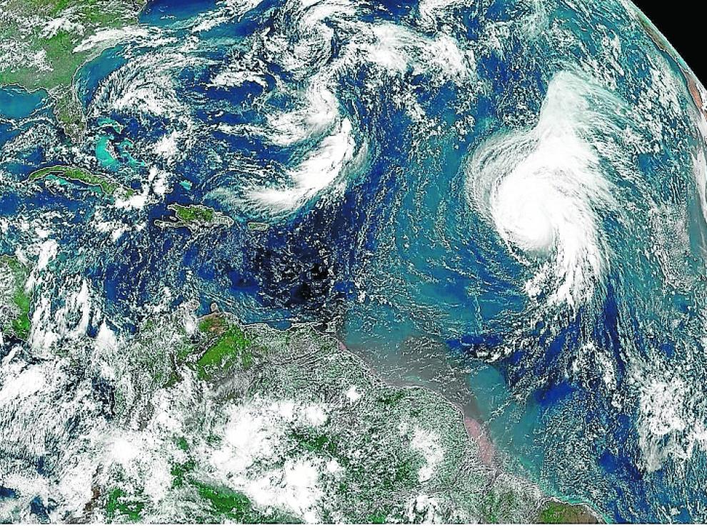 El huracán Lorenzo (a la derecha), visto desde satélite el pasado día 27.