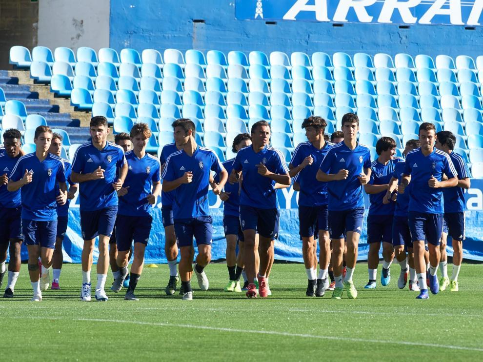 Los jugadores del División de Honor Juvenil del Real Zaragoza entrenan en La Romareda, escenario esta tarde del partido.