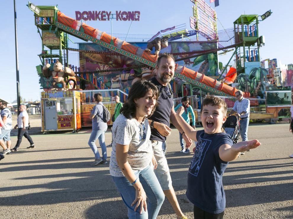 Leo Monzón, que padece Trastorno de Espectro Autista, junto a sus padres, este martes, en las ferias de Valdespartera.