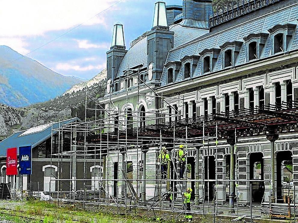 Obreros trabajando en la marquesina que rodea el edificio hace una semana.