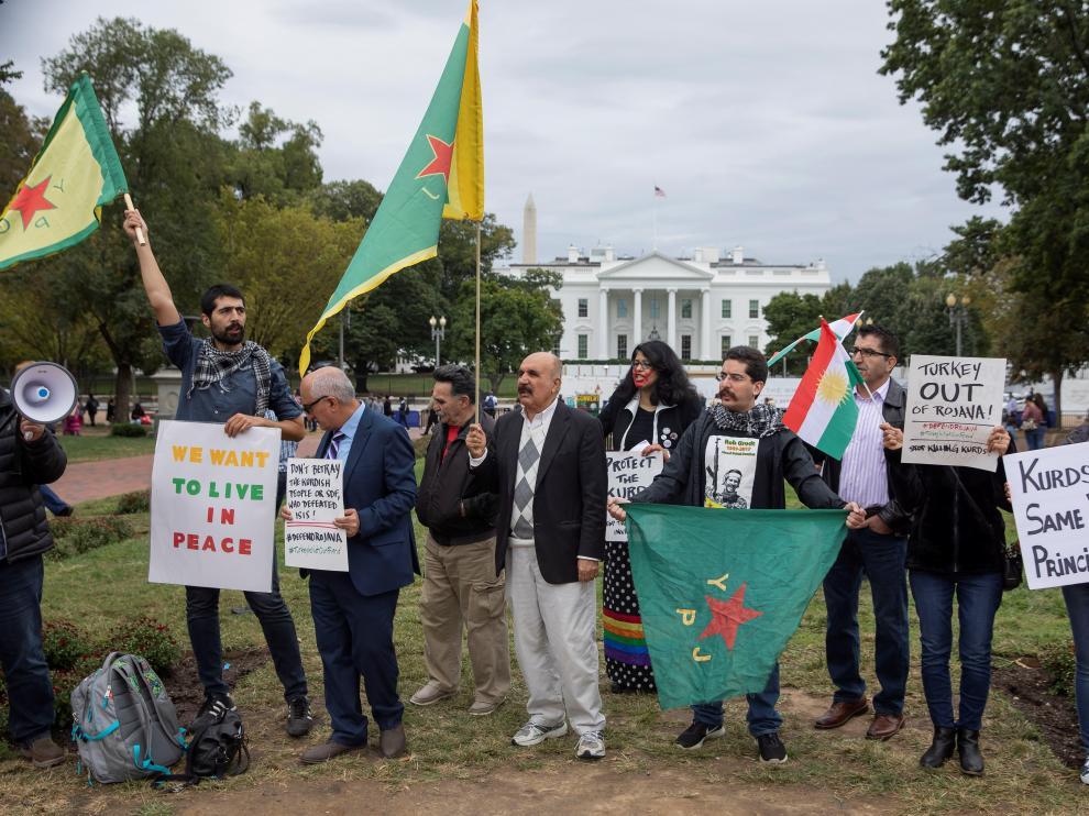 Un grupo de kurdos protesta ante la Casa Blanca por la decisión de EE. UU. de abandonar Siria.