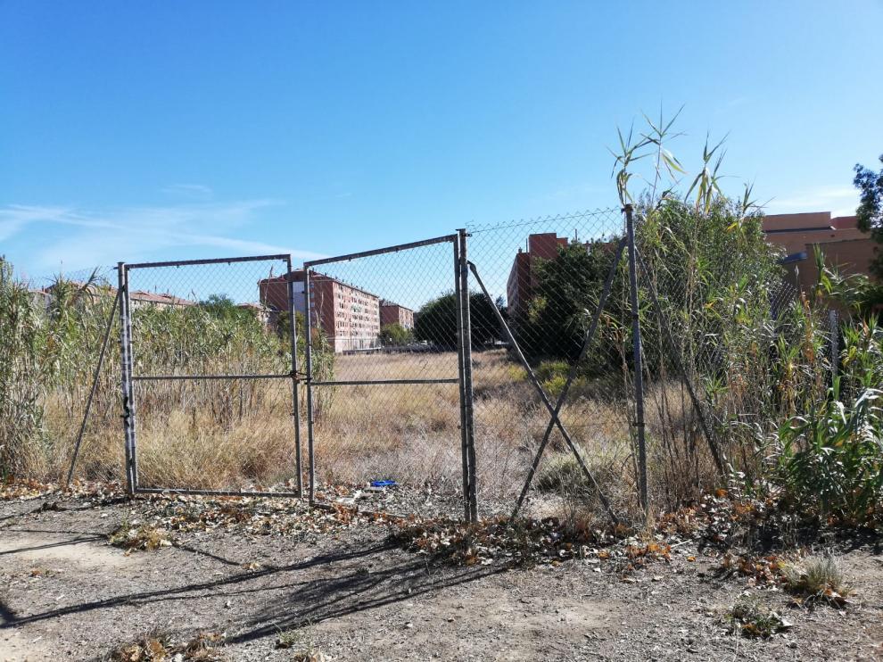 Vista del solar del Actur, junto al colegio José Antonio Labordeta, que os vecinos quieren convertir en 'skate park'
