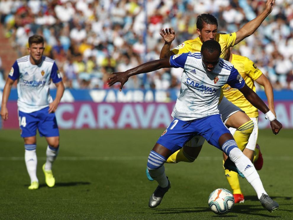 Dwamena, ante la mirada de Guti, se lleva un balón en ataque el pasado domingo en el partido ante el Cádiz, donde el Real Zaragoza cosechó su primera derrota del curso, en la jornada 10ª (0-2).