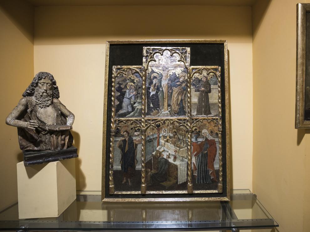 El retablo, en el centro, junto a otras piezas de arte sacro, en la galería Ricardo Ostalé