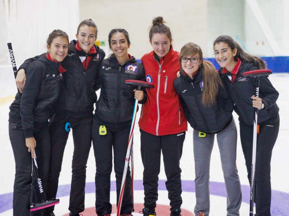 De izquierda a derecha, las jugadoras del Curling Club Hielo Jaca Leyre Torralba, Nerea Torralba, Daniela García, Emma López, Carmen Pérez y Helena Torralba