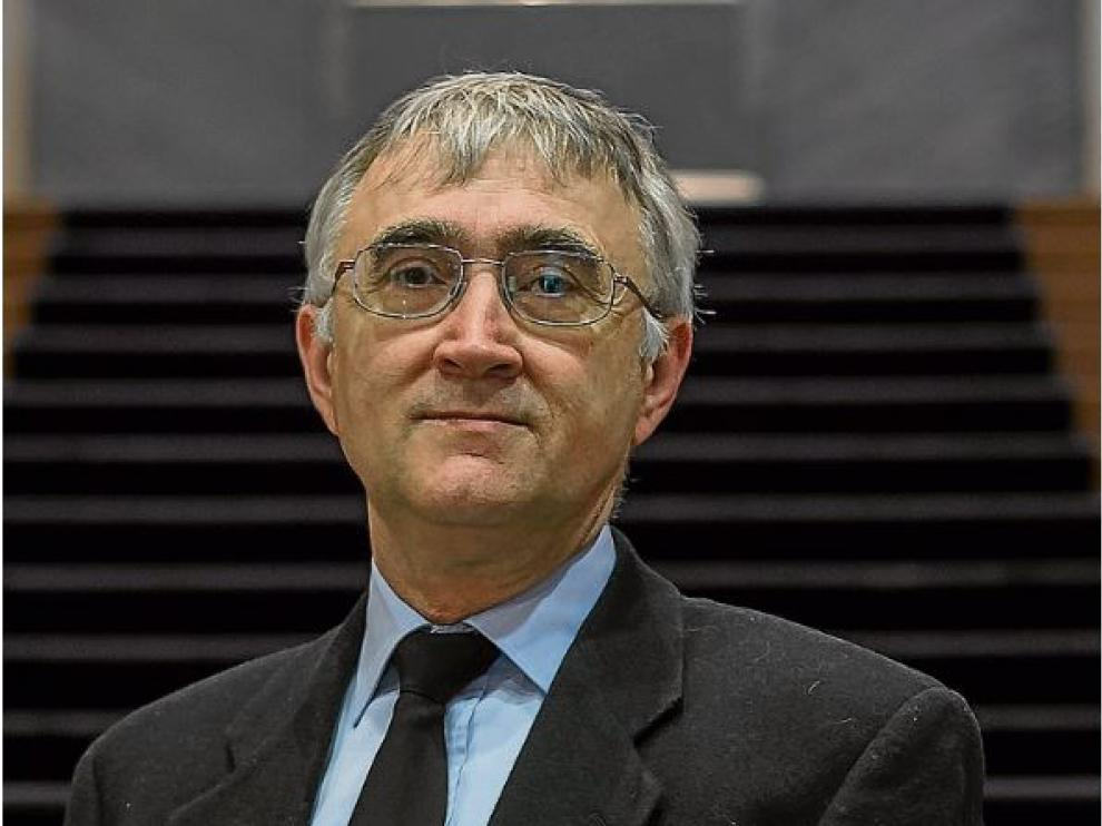 Elías Campo, el investigador aragonés, en una foto de archivo en el Paraninfo ante la escultura de Santiago Ramón y Cajal