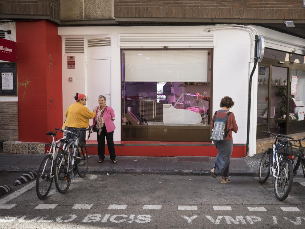 Estacionamiento para vehículos de movilidad compartida en la calle Romea de Zaragoza.