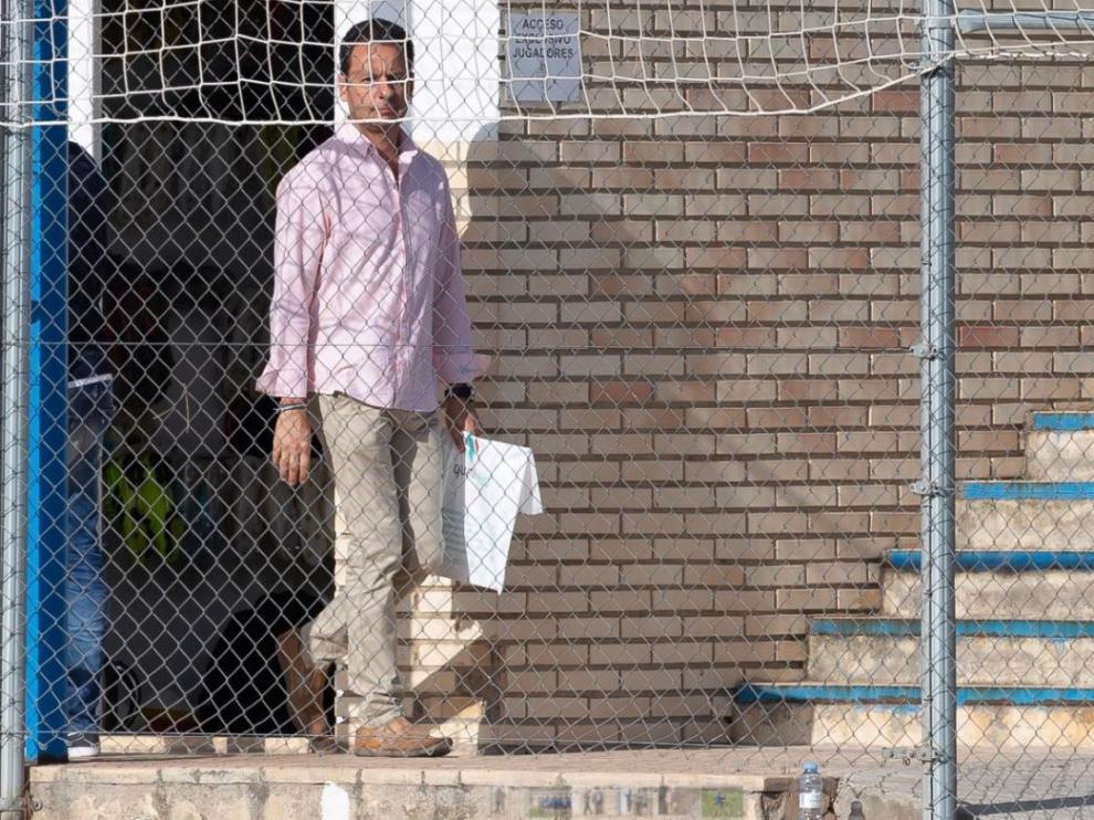 Ireneo de los Mártires, médico del Real Zaragoza, sale del vestuario de la Ciudad Deportiva este miércoles con unos informes de Dwamena en la mano.